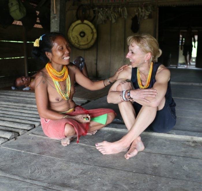 Sumatra Mentawai Indianer Frau bei Begegnung mit Gruppenteilnehmerin